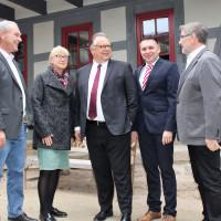 SPD-Fraktionsvorsitzender Frank Rebhan (links), stellvertretende SPD-Kreisvorsitzende Ulrike Gunsenheimer, SPD-Kreisvorsitzender Carsten Höllein (2. von rechts) und Landrat Michael Busch (rechts) stellten Martin Stingel als SPD-Vorschlag vor.