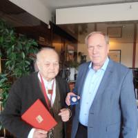 Werner Thomas (rechts) überreichte die Willy-Brandt-Medaille an Fritz Lang.